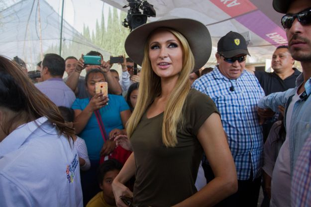 Paris Hilton delivers blankets to Mexicans who affected from earthquake