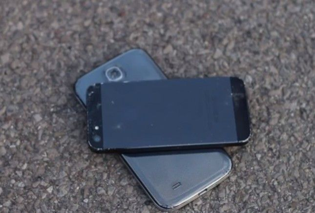 iPhone 5 vs Samsung Galaxy S4 crash test