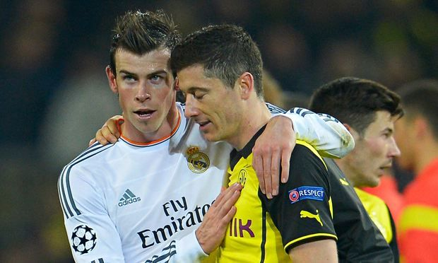 Gareth Bale of Real Madrid consoles Robert Lewandowski