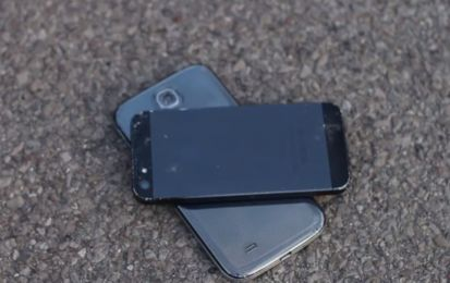 iPhone 5 vs Samsung Galaxy S4: crash test terrificante [VIDEO]