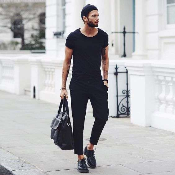 Look casual con scarpe e abiti total black