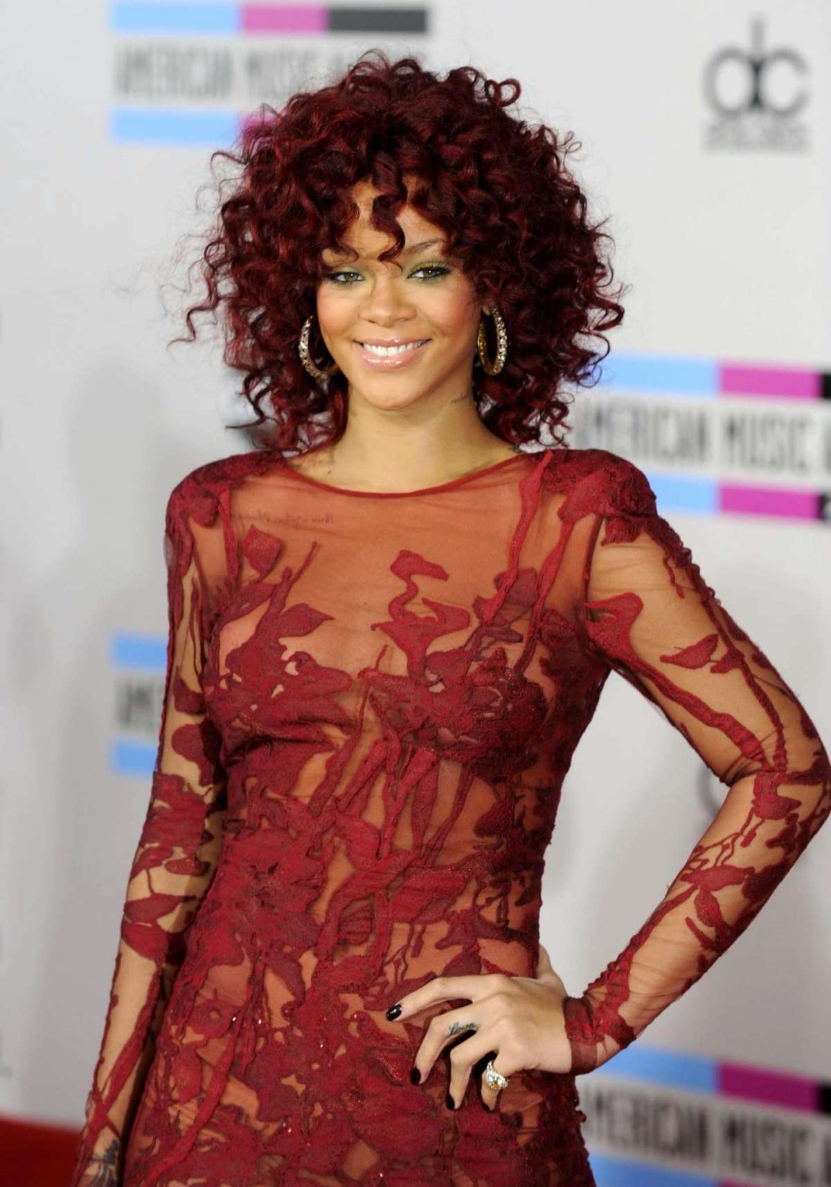 Rihanna con i capelli ricci all'American Music Awards